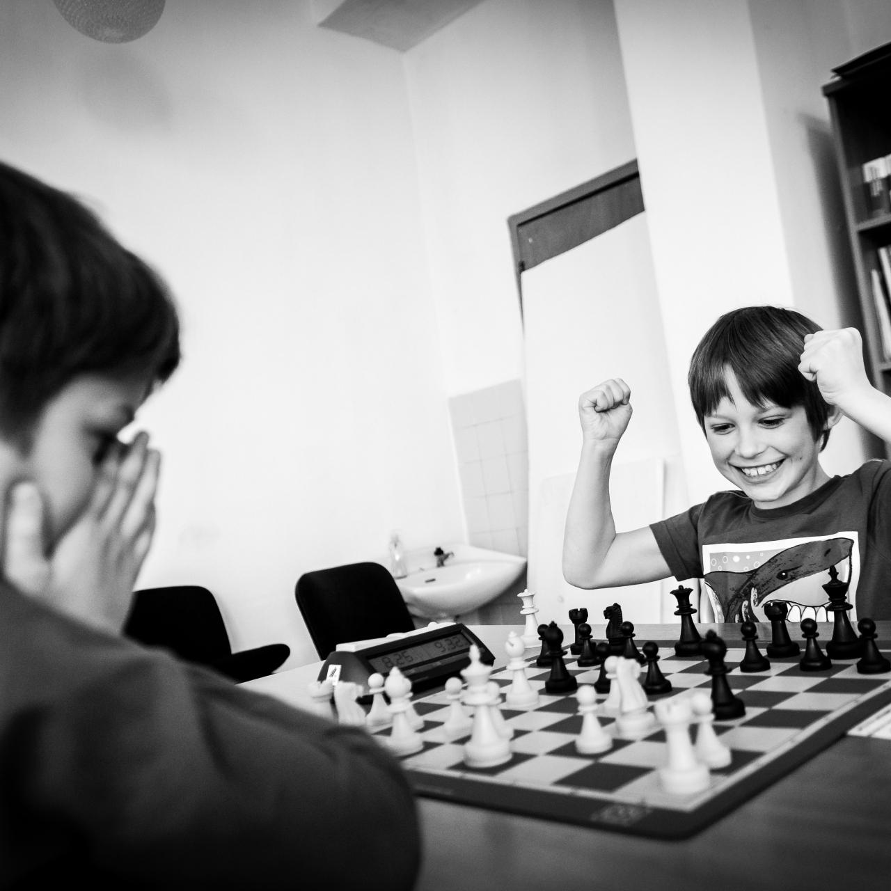 two boys play chess du berniukai žaidžia šachmatais