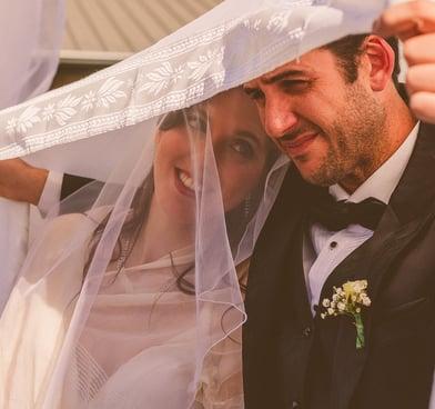 novios en una boda judía