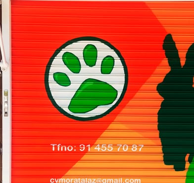 Logo y rotulación de veterinaria en cierre local