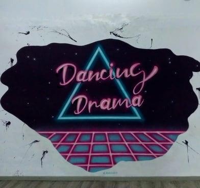 Graffiti escuela de danza Dancing Drama efecto neón