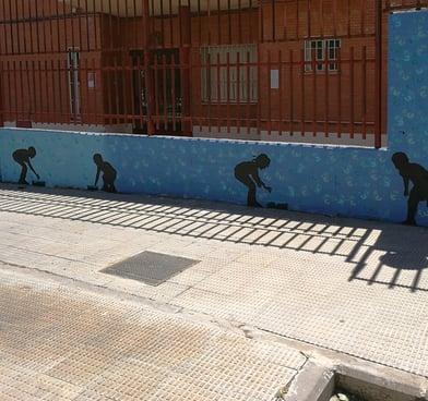 Siluetas de niños en fachada exterior