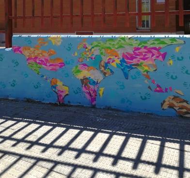 Mapa mundi a color en fachada exterior