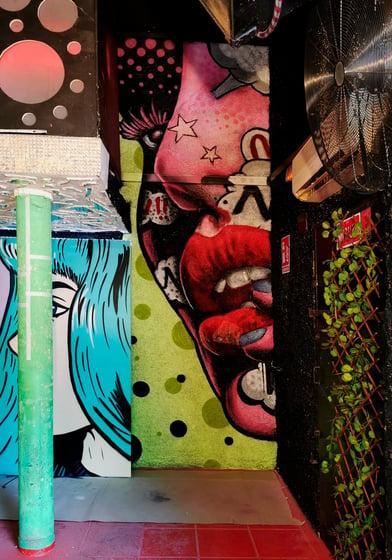 Graffiti de cara retro para discoteca Blackstar