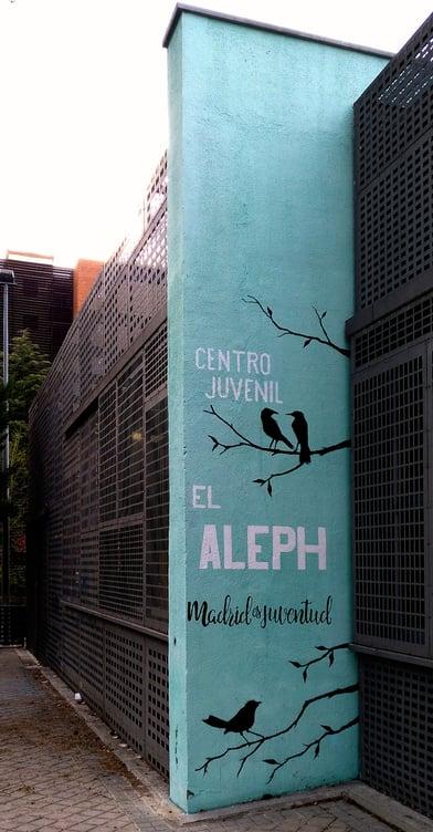 Decorado de fachada exterior con rotulación del nombre del centro