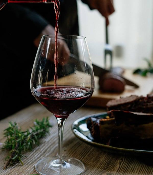 caviste annonay cote du rhone verre de vin rouge