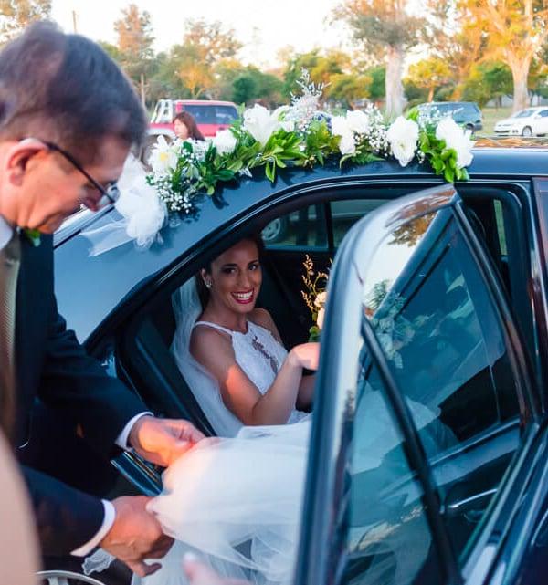 novia bajando del auto