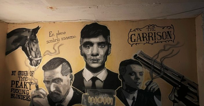 Peaky Blinders a spray en interior de local