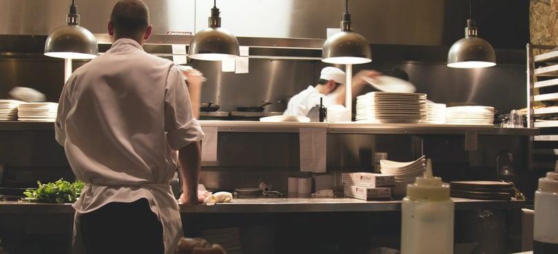Keuken op volle touren in gebruik.