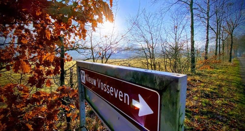 Navigatiebord Nieuw Vosseven in de prachtige omgeving rond het restaurant.